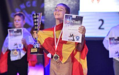 Andi Ismaili kampion bote në vallëzim modern për fëmijë