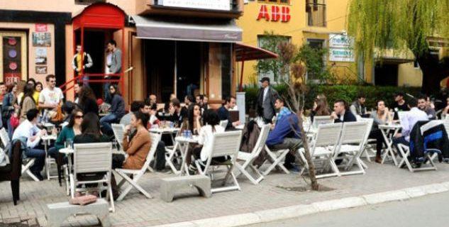 Masat e reja: Kafenetë dhe lokalet do të punojnë deri ora 18:00