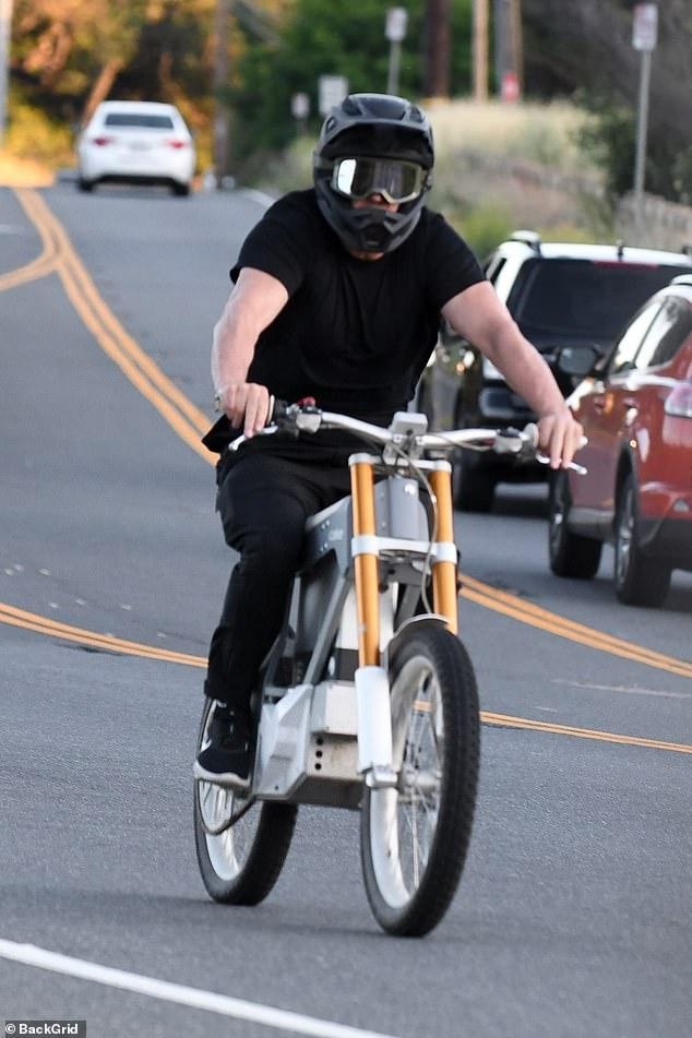 Aktori i njohur shëtitet me biçikletë në vlerë……..