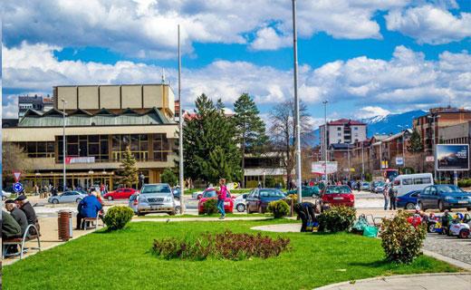 Gruaja me Covid 19 shëtit nëpër rrugët e Tetovë