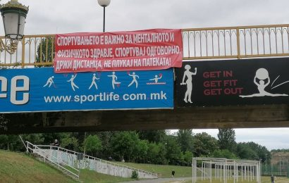 Shkup: Vendosen banderola me mesazhe për ngritjen e vetëdijes për përgjegjësinë personale me luftën me koronavirusin.