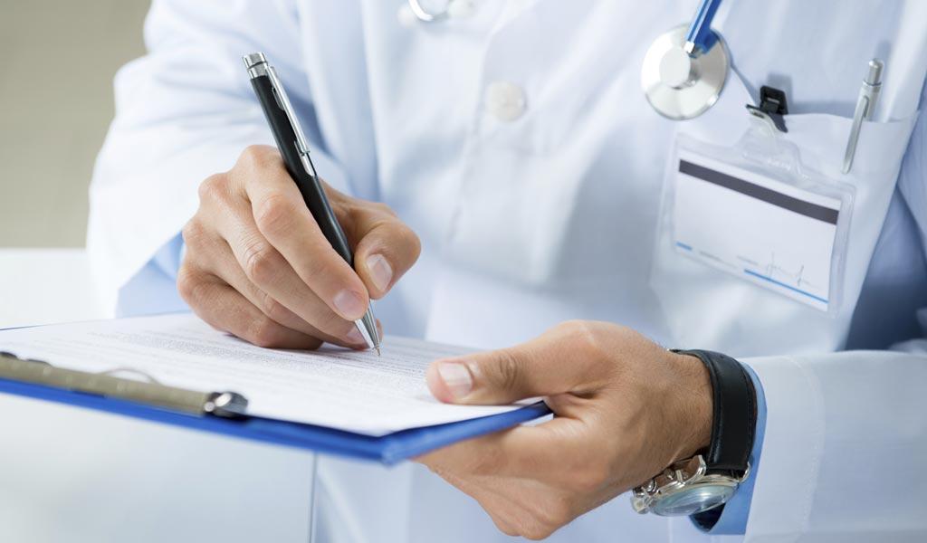 Propozohet që mjekët të mund të punojnë deri në moshën 67 vjeçe