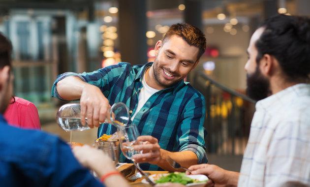 Arsyeja pse nuk duhet pirë ujë gjatë ngrënies