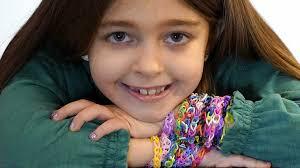 Vetëm 7 vjeçe mblodhi 20 mijë dollarë ndihma për spitalet, duke shitur byzylykë miqësie