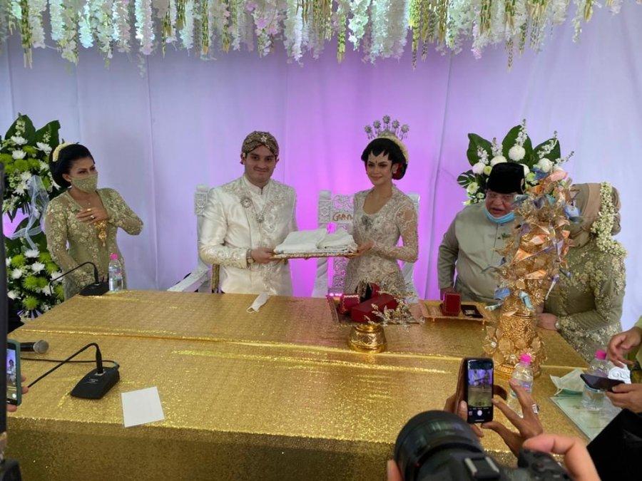 Çifti nga Malajzia organizoi dasmë me 10 mijë dasmorë të cilët qëndruan nëpër vetura