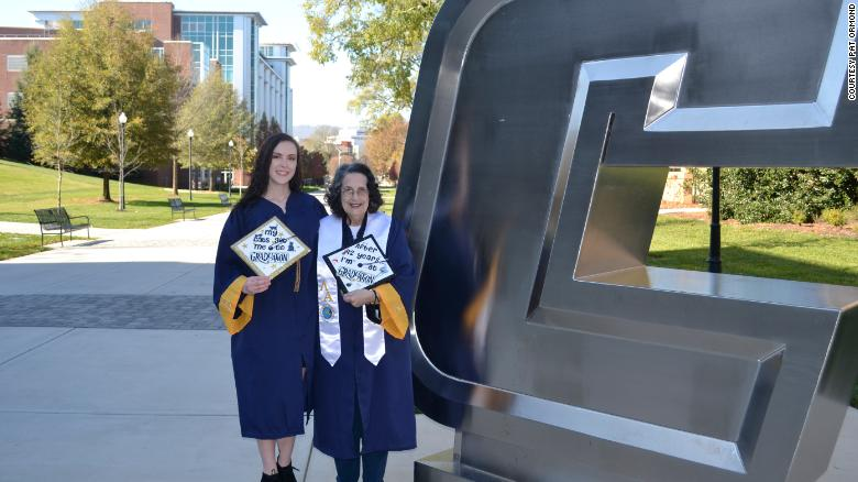 Gruaja 75 vjeçe diplomohet në një ditë me mbesën e saj