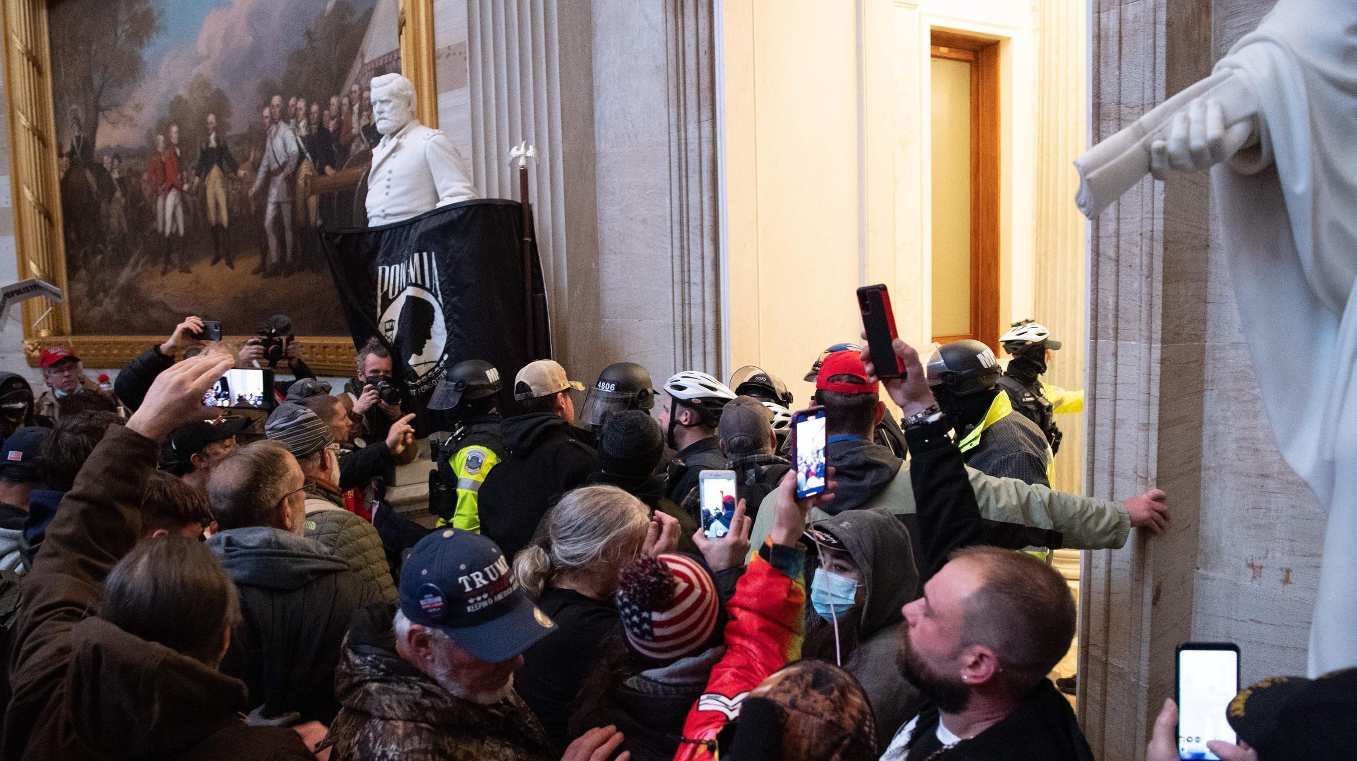 Joe Biden u certifikua si president i ardhshëm i ShBA-së, katër persona të vrarë nga trazirat në Kongres (GALERI)